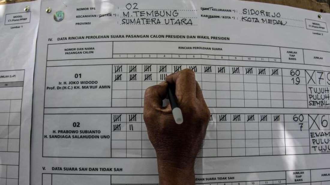 Auszählung in einem indonesischen Wahllokal: Mehr als 300 Wahlhelfer sind bereits an Erschöpfung gestorben. Foto:Albert Ivan Damanik/ZUMA Wire