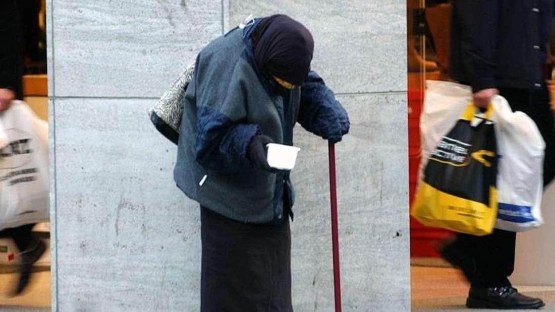 In der Kölner Innenstadt bittet eine alte Frau um Almosen:Über das Ausmaß der Altersarmut wird immer wieder gestritten. Foto:Federico Gambarini