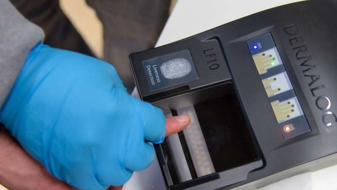 Ein Bamf-Mitarbeiter nimmt in einem saarländischen Aufnahmezentrum den Fingerabdruck eines Flüchtlings. Foto: Oliver Dietze