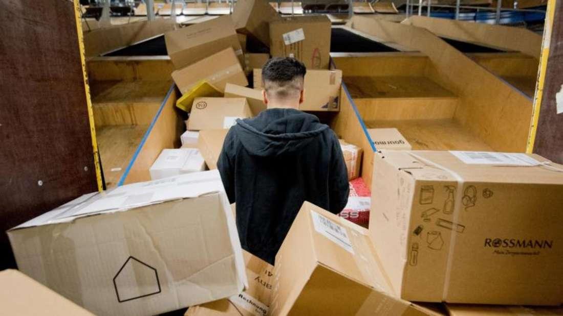 Pakete liegen in einem Paketzentrum von Deutsche Post und DHL. Die Deutschen bestellen gerne im Internet - und schicken viele Sachen wieder zurück. Foto: Julian Stratenschulte
