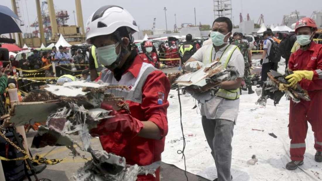 Retter mit Trümmern des Fluges Lion Air 610 im vergangenen November: Auch in Indonesien war eine Boeing 737 Max abgestürzt. Foto: Binsar Bakkara/AP