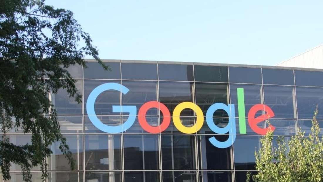 Google-Logo an der Fassade des Hauptsitzes des Mutterkonzerns Alphabet in Mountain View. Foto: Christoph Dernbach