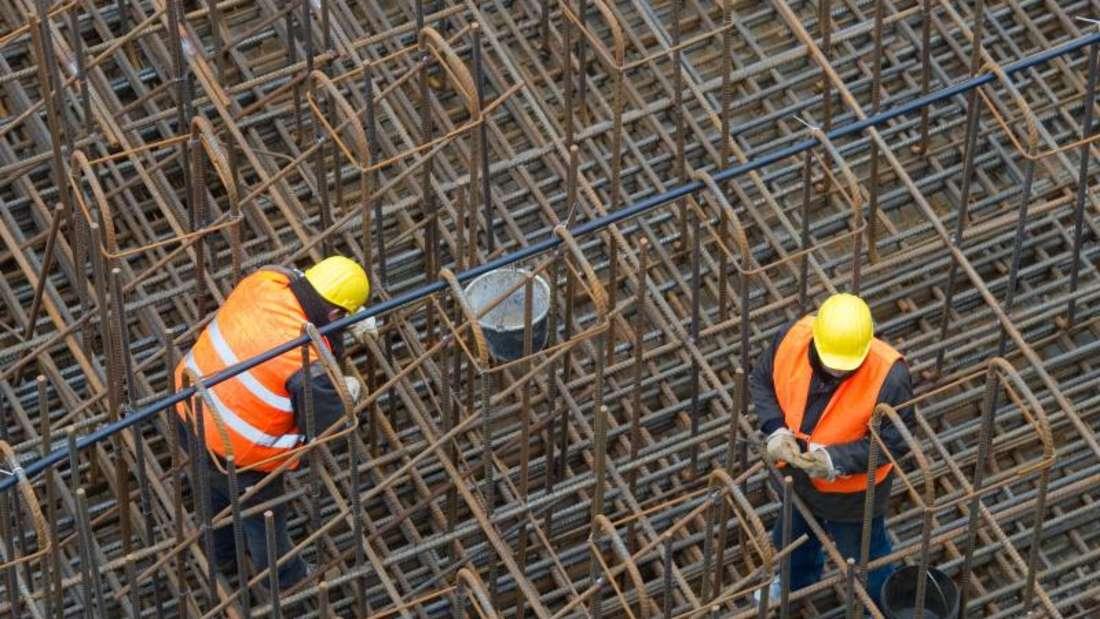 Die Zahl der Arbeitslosen ist wie erwartet zurückgegangen. Bauunternehmen und viele andere Firmen stellen im Frühjahr verstärkt Mitarbeiter ein. Foto: Patrick Pleul