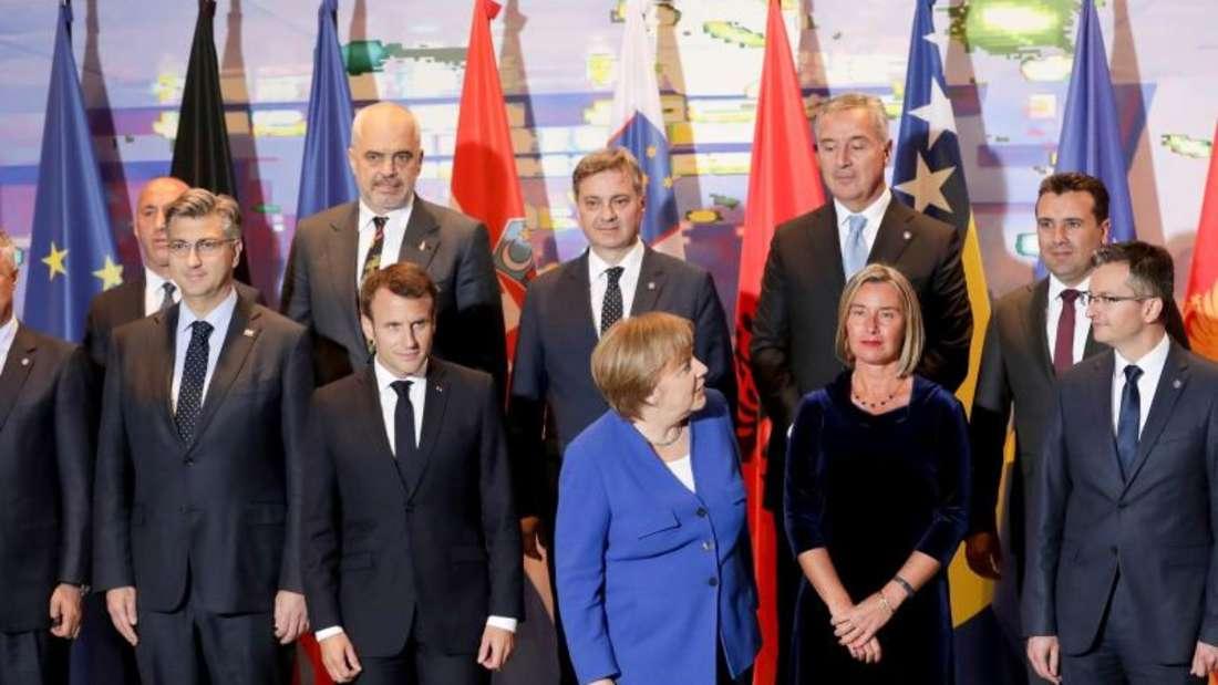 Angela Merkel und Emmanuel Macron beim Gruppenfoto mit Teilnehmern der Balkan-Konferenz im Kanzleramt. Foto: Michael Sohn/AP Pool