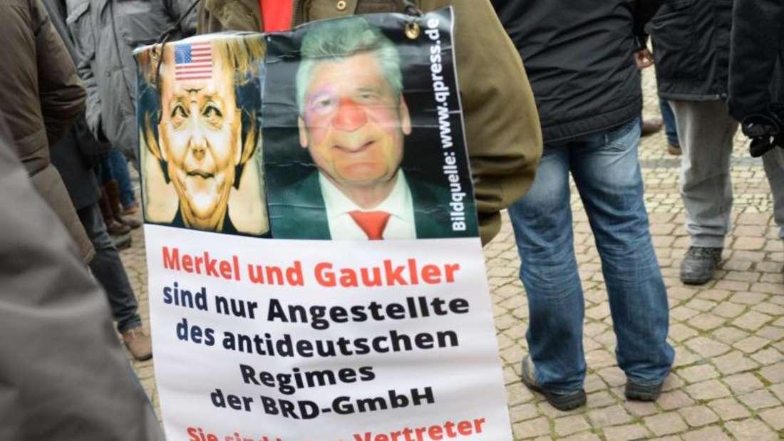 Pegida-Veranstaltung in Dresden: Angela Merkel und der damalige Bundespräsident Joachim Gauck sind in den Augen der islamfeindlichen Bewegung «Volksverräter». Foto: Arno Burgi