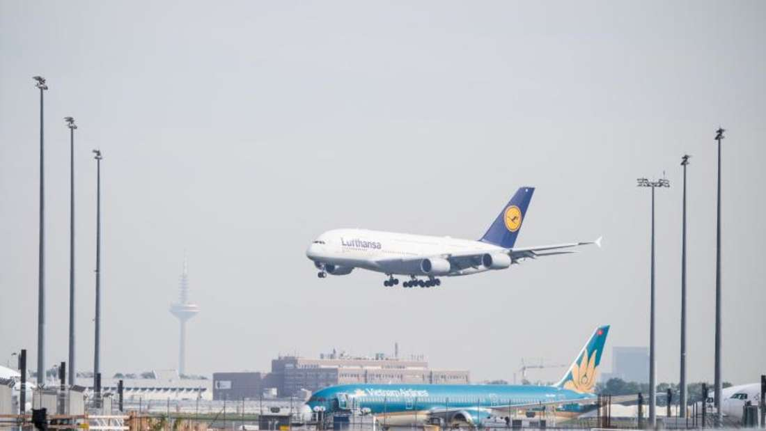"""Der Airbus 380 """"Berlin"""" von Lufthansa landet auf dem Flughafen Frankurt. Foto: Andreas Arnold"""
