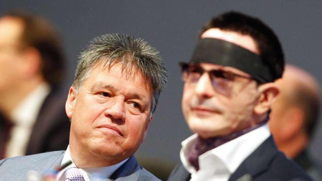 Uwe Tigges (l), Vorstandsvorsitzender der Innogy AG, und Bernhard Günther, der durch einen Säureanschlag vor einem Jahr verletzte Finanzvorstand der Innogy AG, auf der Hauptversammlung. Foto: Roland Weihrauch