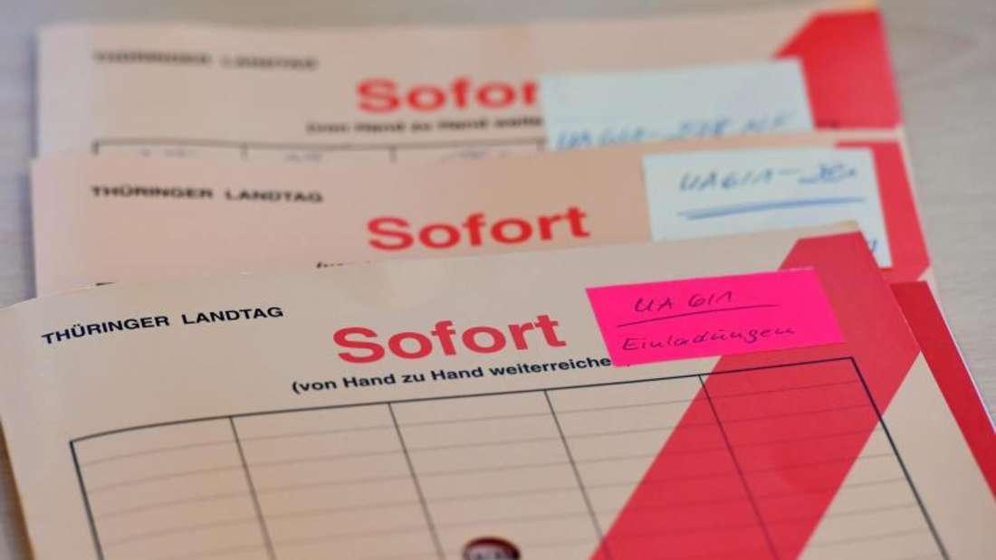 Aktenmappen liegen im Thüringer Landtag auf einem Tisch im NSU-Untersuchungsausschuss. Foto: Martin Schutt