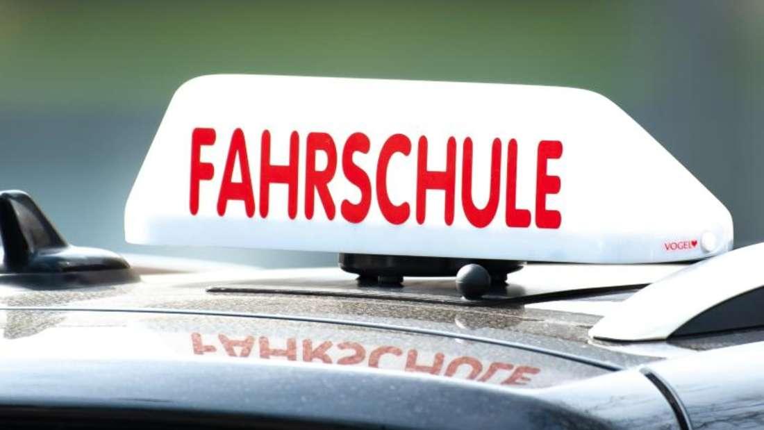 Ein Fahrschulauto ist in Göttingen unterwegs. Foto: Swen Pförtner