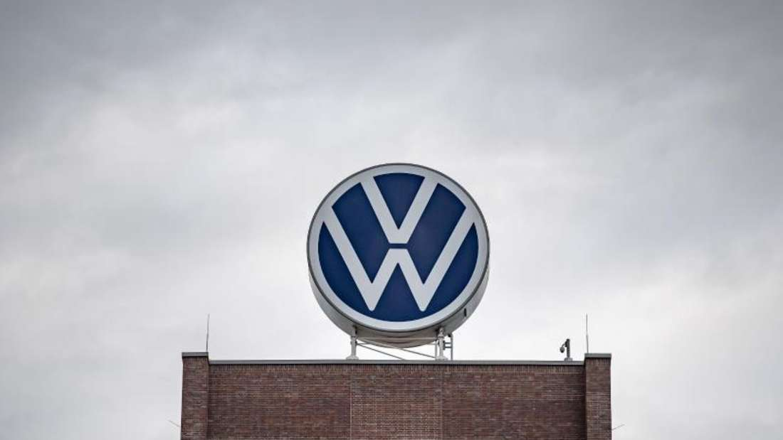 Dunkle Wolken über dem Verwaltungshochhaus des Volkswagen-Werks in Wolfsburg. Foto: Sina Schuldt