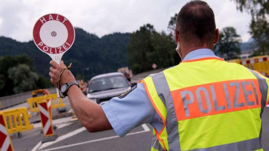 Polizisten kontrollieren an einer mobilen Kontrollstelle kurz hinter der Grenze Fahrzeuge, die aus Österreich nach Deutschland kommen. Foto:Sven Hoppe