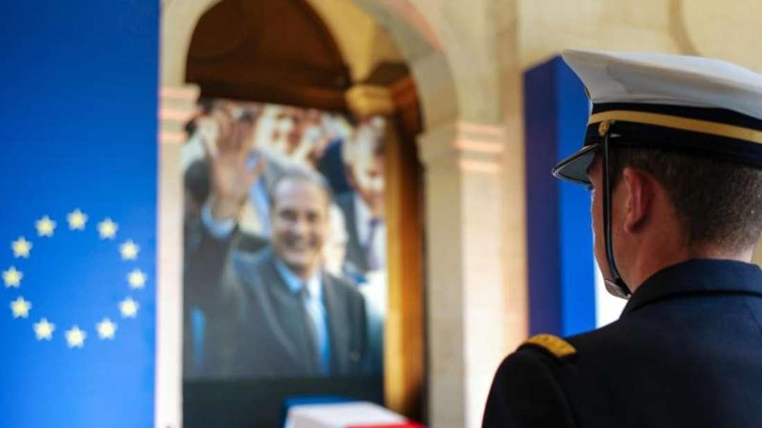 Ein Offizier vor dem aufgebahrten Sarg des verstorbenen französischen Präsidenten Chirac im Pariser Invalidendom. Foto: Kamil Zihnioglu/AP