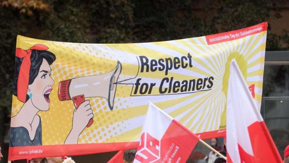 Fenster- und Fassadenreiniger, Putzkräfte sowie Reiniger von Industriemaschinen während einer Demonstration. Foto: Sebastian Willnow/Archiv