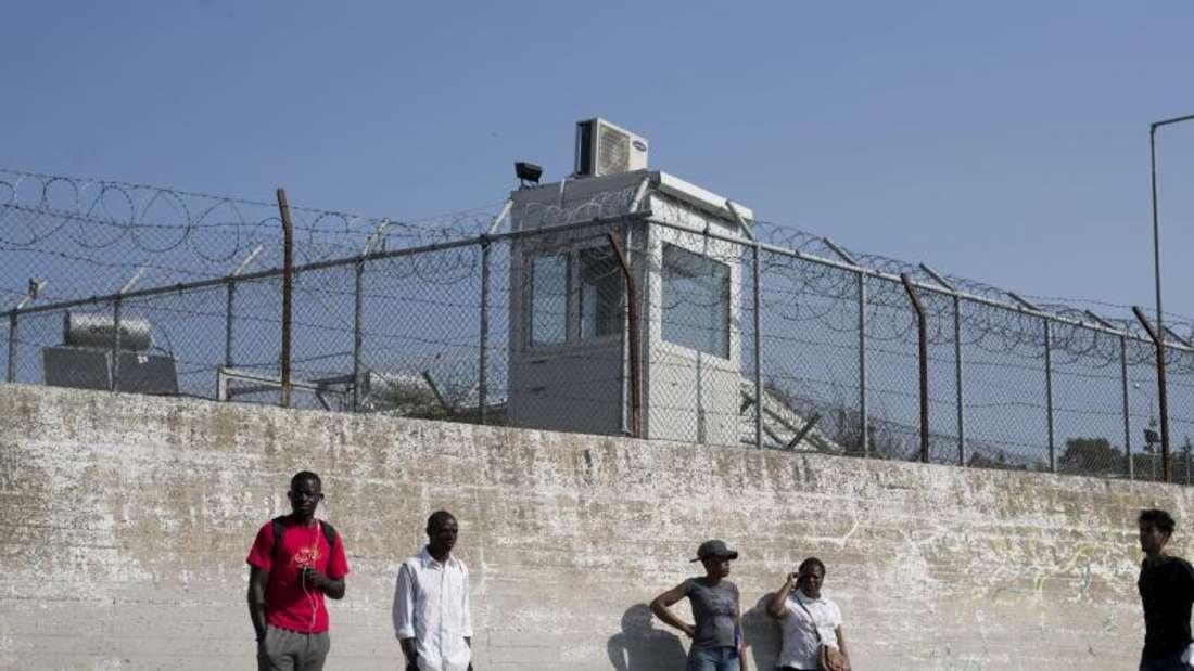 Mauer des Flüchtlingslagers Moria auf der griechischen Insel Lesbos. Foto: Petros Giannakouris/AP