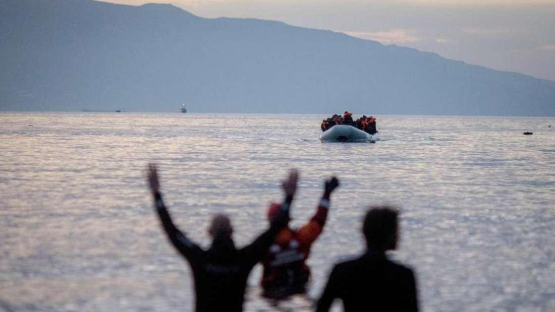 Flüchtlinge kommen in einem Schlauchboot aus der Türkei auf der griechischen Insel Lesbos an. Foto: Kay Nietfeld