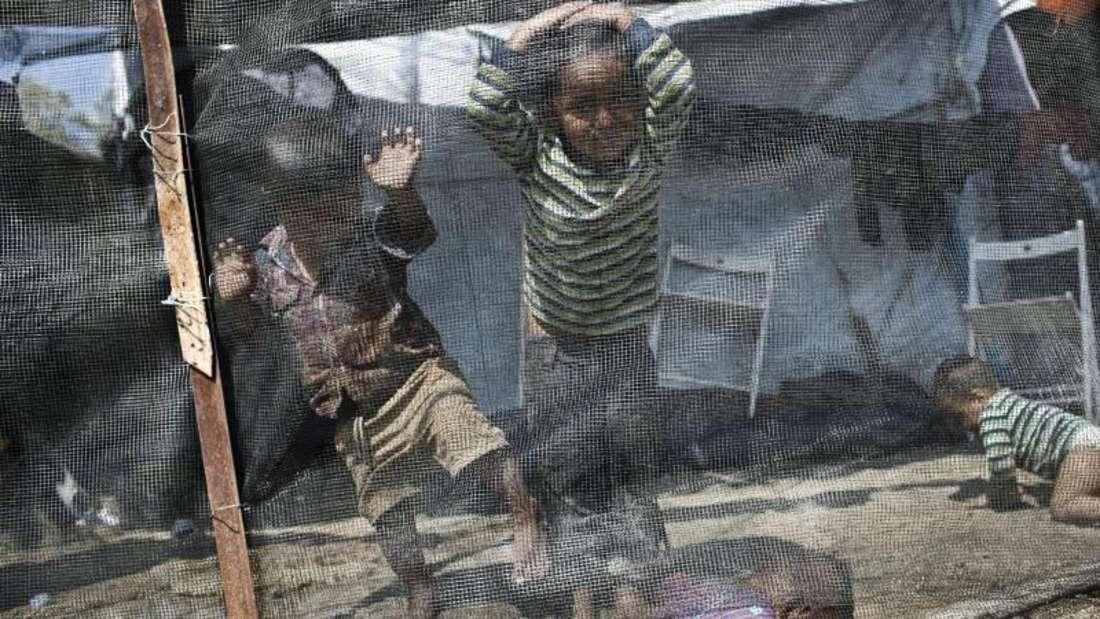 Kinder spielen im Flüchtlingslager Moria auf der Ägäisinsel Lesbos. Foto: Petros Giannakouris/AP