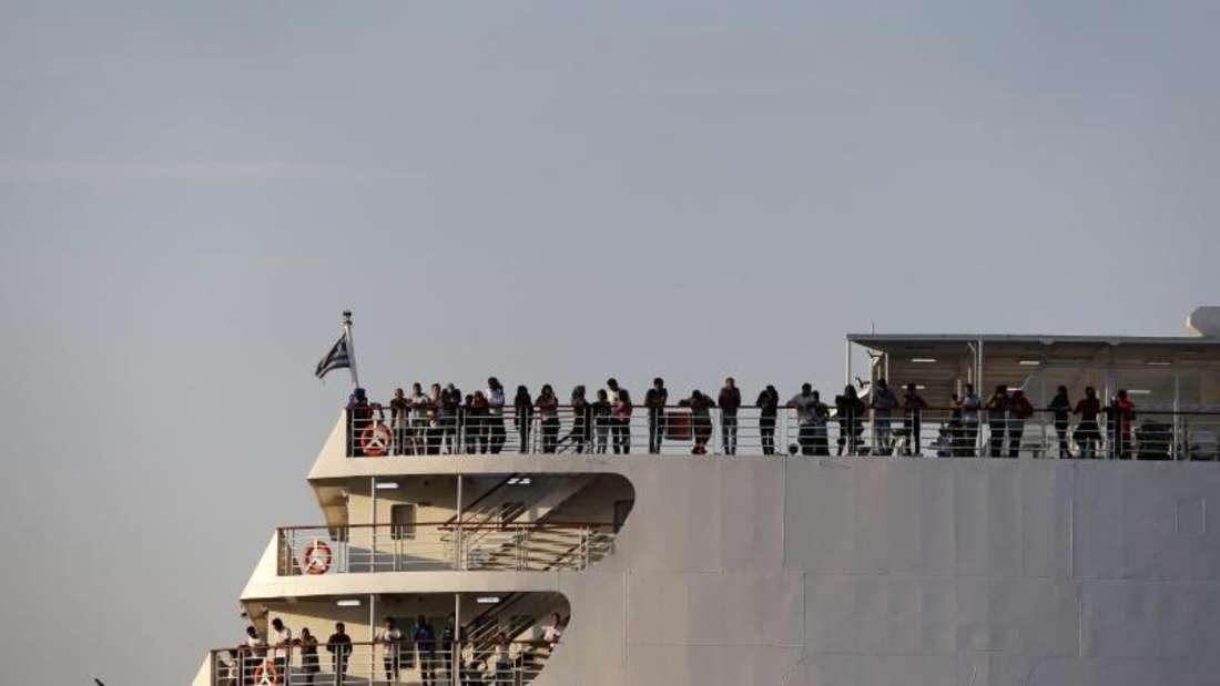 Entlastung für die Inseln:Migranten aus den überfüllten Flüchtlingslagern erreichen auf dem Schiff «Aqua Blue» den Hafen von Thessaloniki. Foto:Giannis Papanikos/AP