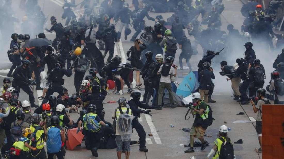 Am Sonntag kam es in Hongkong erneut zu Zusammenstößen zwischen Demonstranten und der Polizei. Foto: Gemunu Amarasinghe/AP