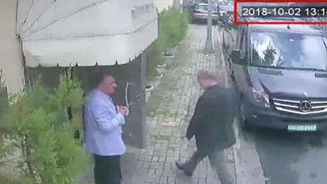Letzte Aufnahme:Ein Videostandbild zeigt den saudischen Journalisten Jamal Khashoggi (r.) beim Betreten des saudi-arabische Konsulats in Istanbul. Foto:CCTV Hurriyet/AP