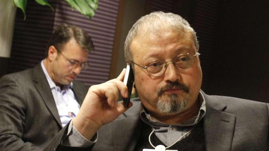 Der saudische Journalist Jamal Khashoggi telefoniert während des Weltwirtschaftsforums 2011 in Davos. Foto: Virginia Mayo/AP