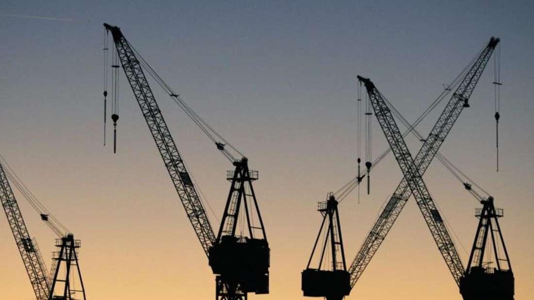 Die Silhouetten von Hafenkränen in Hamburg. Foto: Sebastian Widmann