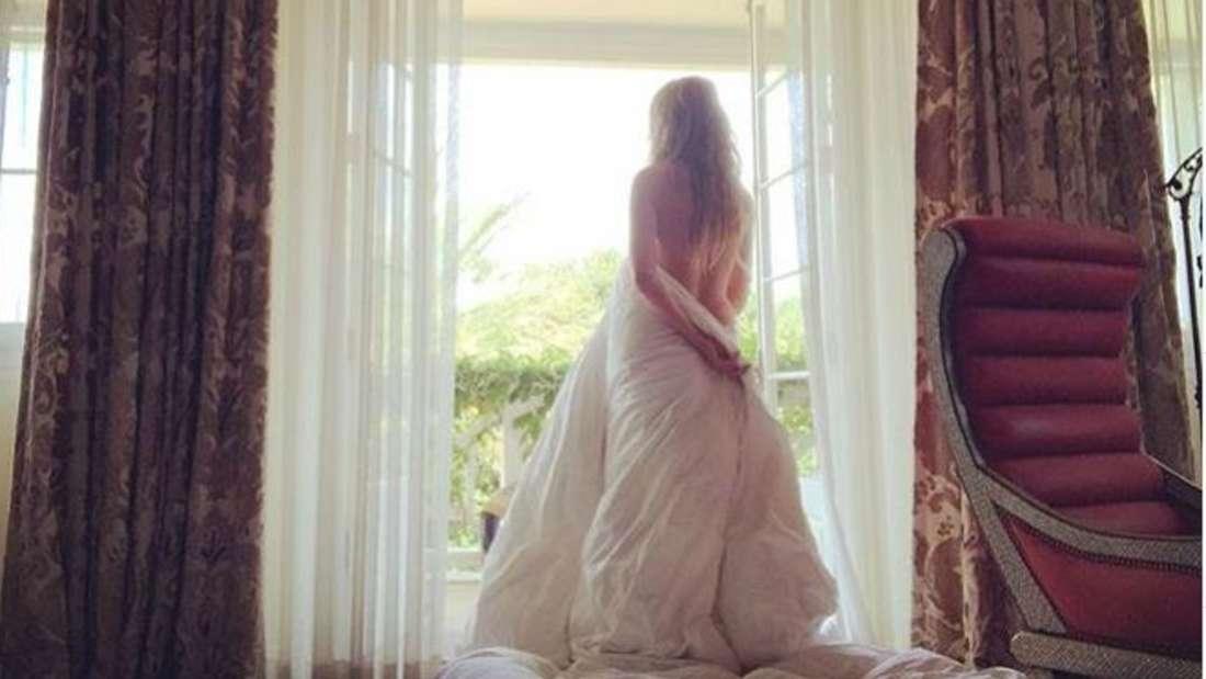 Ebenso so dick in ihre Bettdecke eingepackt - aber nicht ganz so freizügig wie auf diesem Foto - präsentierte sich Heidi Klum nun.