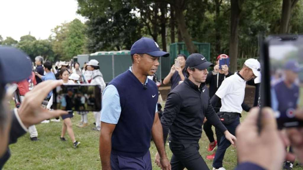 Tiger Woods und Rory McIlroy bei dem Show-Event in Japan. Foto: Lee Jin-Man/AP/dpa