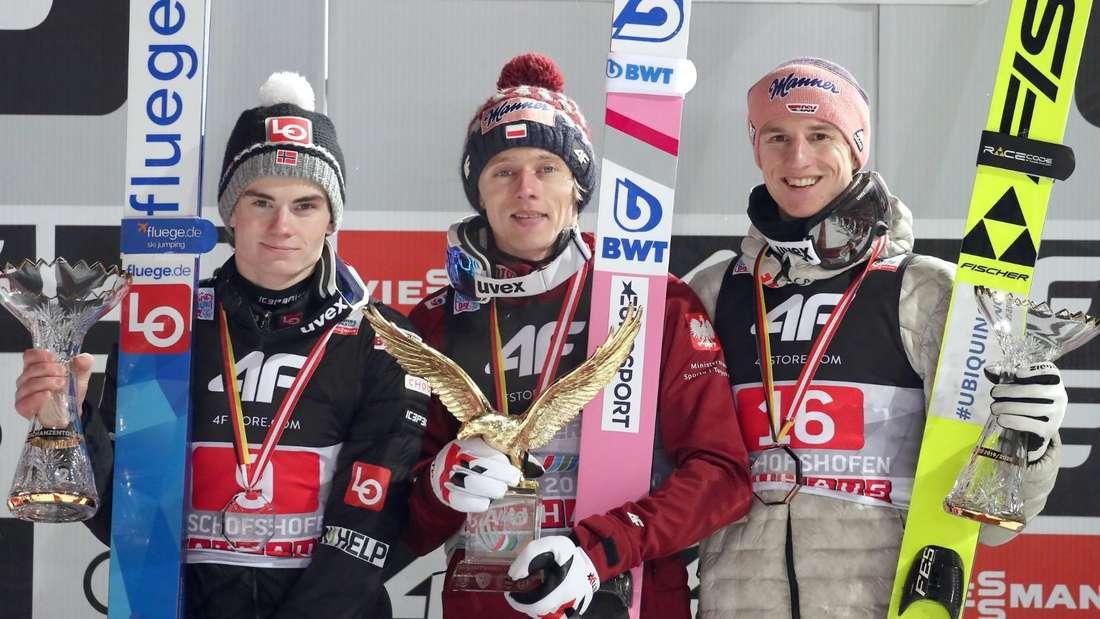 Vierschanzentournee: Das Podest der Gesamtwertung: Marius Lindvik (links) wird Zweiter, Dawid Kubacki (Mitte) gewinnt), Karl Geiger wird Dritter