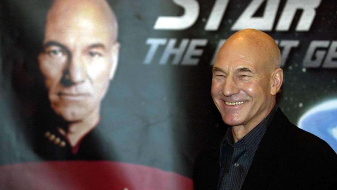 """Bereits im Januar bietet Amazon Prime eine Neuerscheinung an, die insbesondere Fans alter Serien wie """"Raumschiff Enterprise"""" freuen dürfte: """"Star Trek: Picard"""". Exakt einen Monat nach Weihnachten, am 24. Januar, startet das SciFi-Abenteuer mit Hauptdarsteller Patrick Stewart, der schon in vergangenen """"Star Trek""""-Produktionen als Jean-Luc Picard auftrat."""