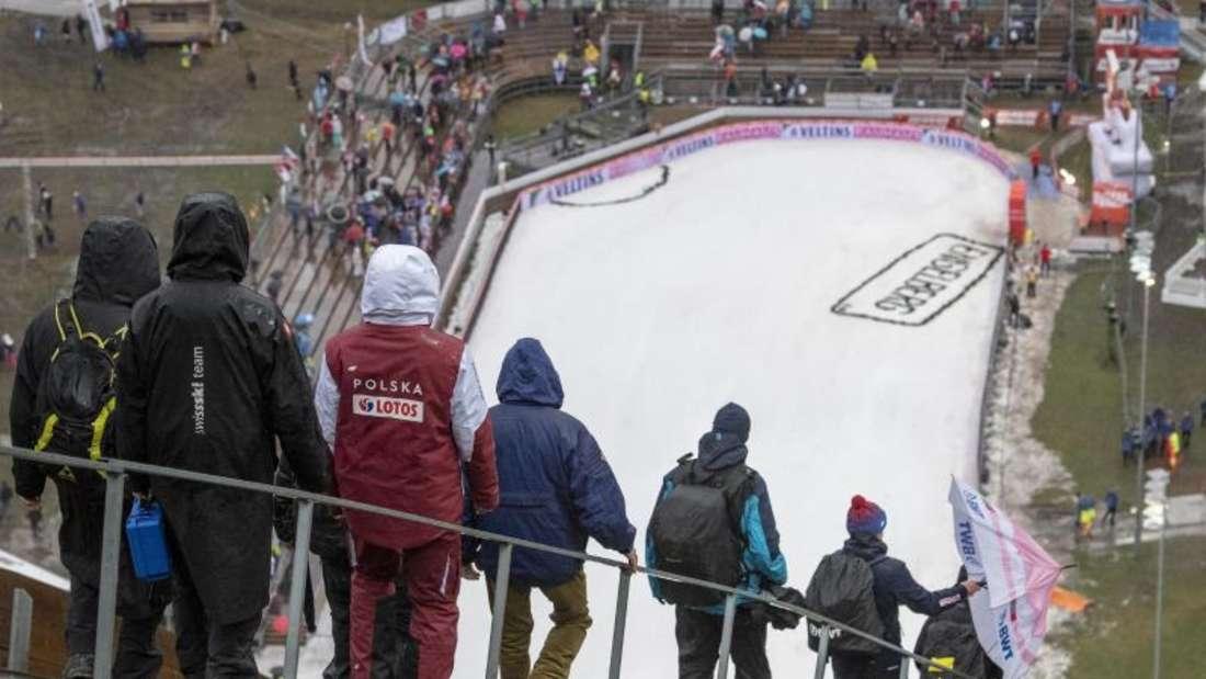Beim Skispringen im Schweizerischen Engelberg war Schnee Mangelware. Foto: Urs Flueeler/KEYSTONE/dpa