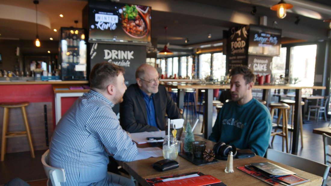 Leichtathlet trifft Breitensportler: Niklas Kaul (rechts) im Gespräch mit Timur Tinç (links) und FR-Sportchef Jörg Hanau.