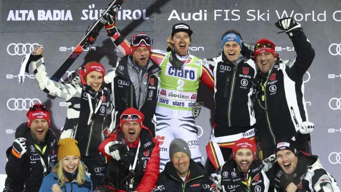 Stefan Luitz (o.M.) feiert mit dem deutschen Team seinen zweiten Platz. Foto: Alessandro Trovati/AP/dpa