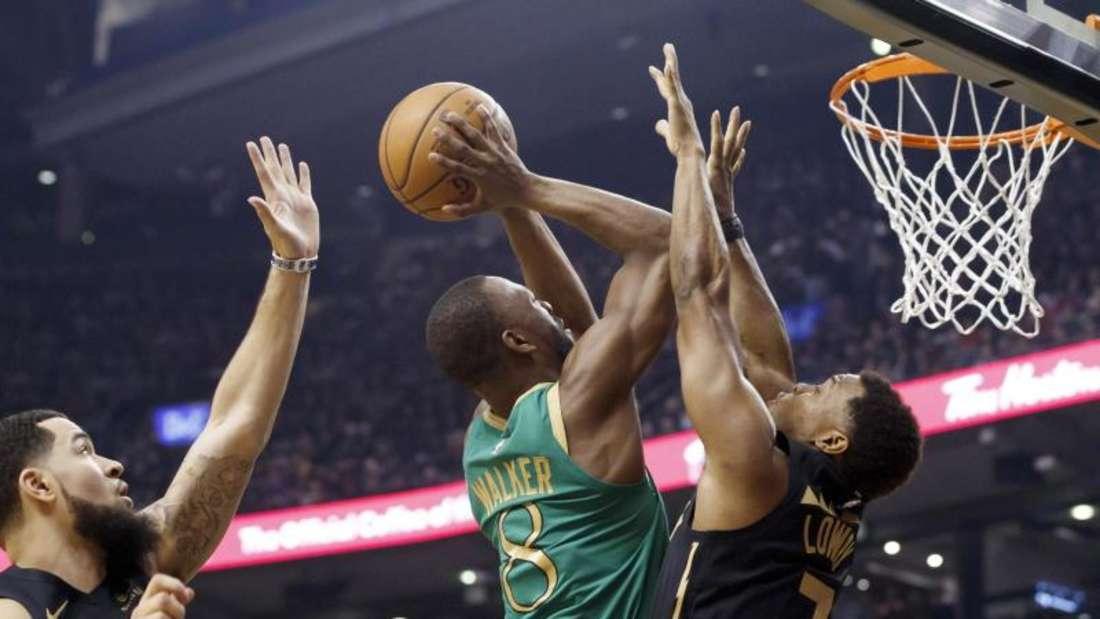 Kemba Walker (M) steuerte 22 Punkte zum Sieg der Boston Celtics gegen NBA-Champion Toronto Raptors bei. Foto: Cole Burston/The Canadian Press/dpa