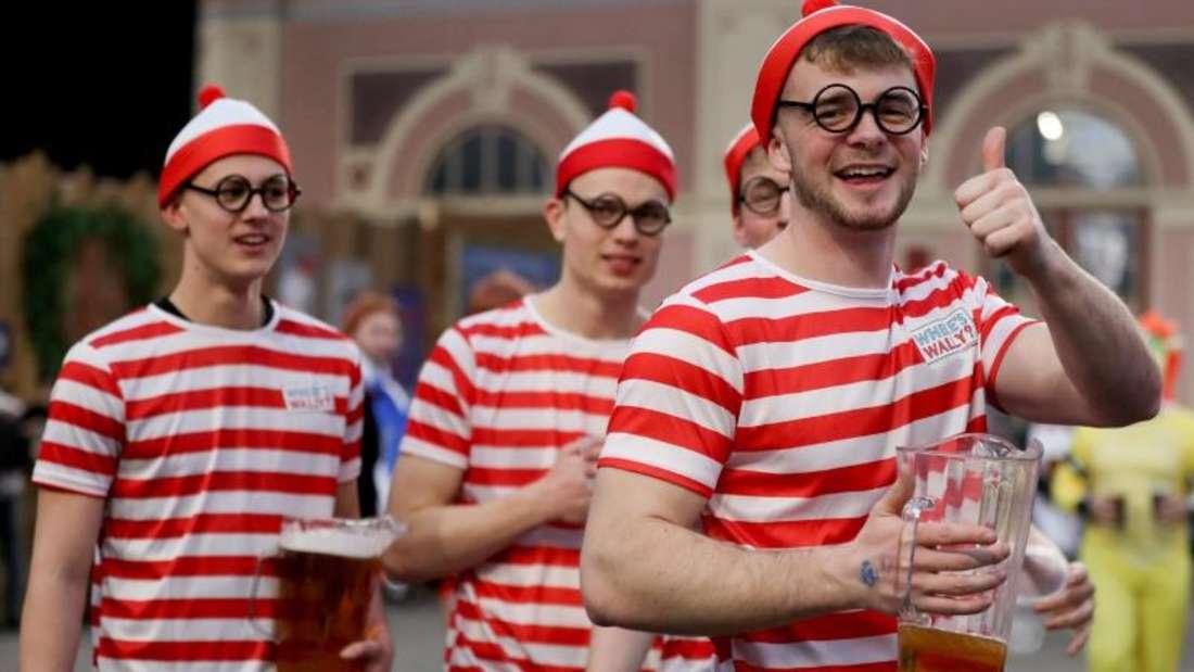 Gehören bei der Darts-WM dazu wie die Pfeile: Viele Fans und reichlich Bier. Foto: Bradley Collyer/PA Wire/dpa