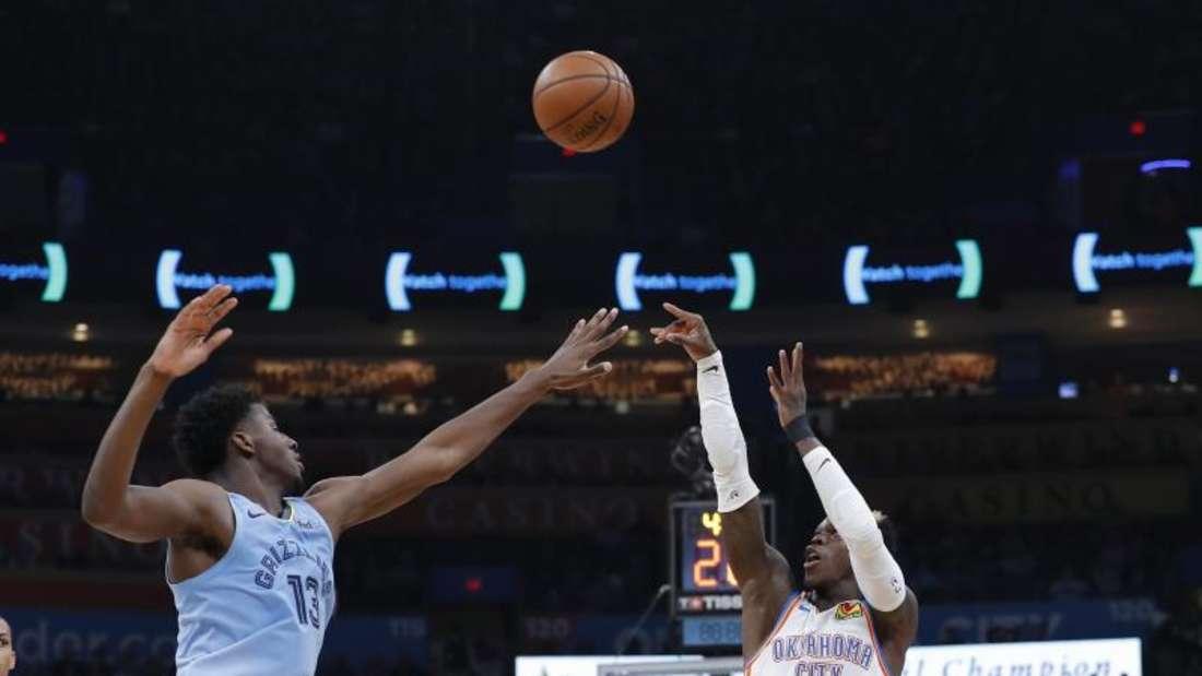 Dennis Schröder (r) musste mit Oklahoma eine Pleite gegen die Memphis Grizzlies hinnehmen. Foto: Alonzo Adams/AP/dpa