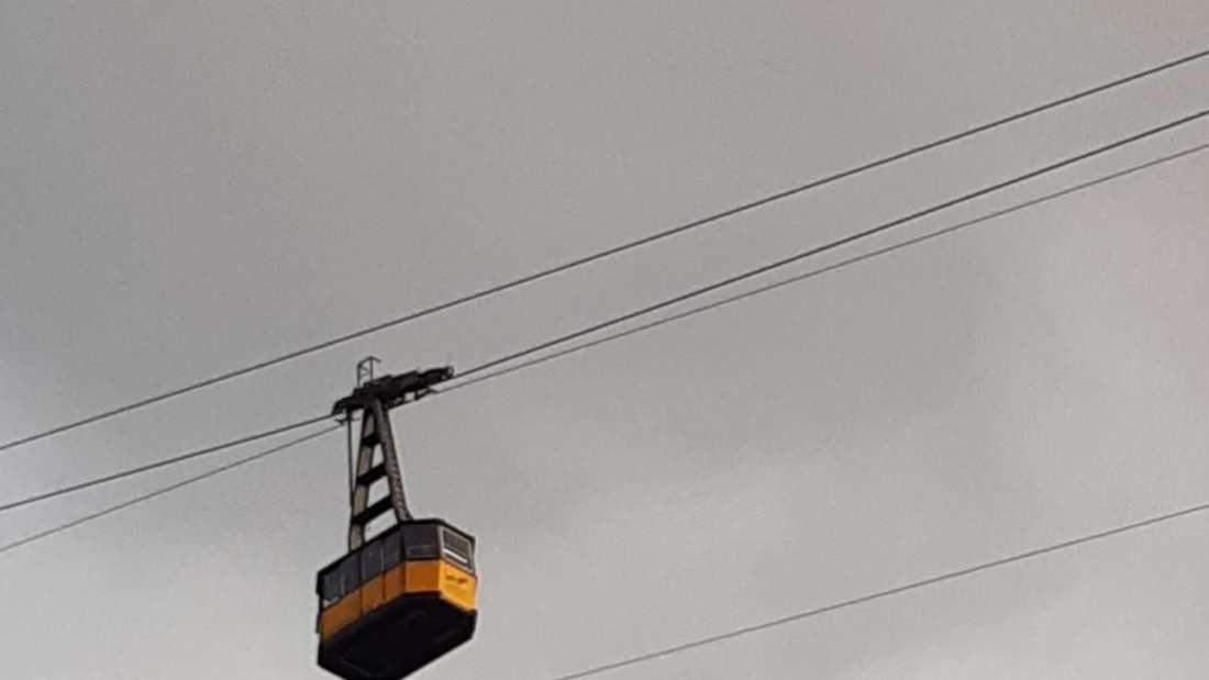 Vierschanzentournee: Während des Trainings lief die Nebelhornbahn noch über die Schanze. Jetzt aber bei der Qualifikation fährt hier nichts mehr.