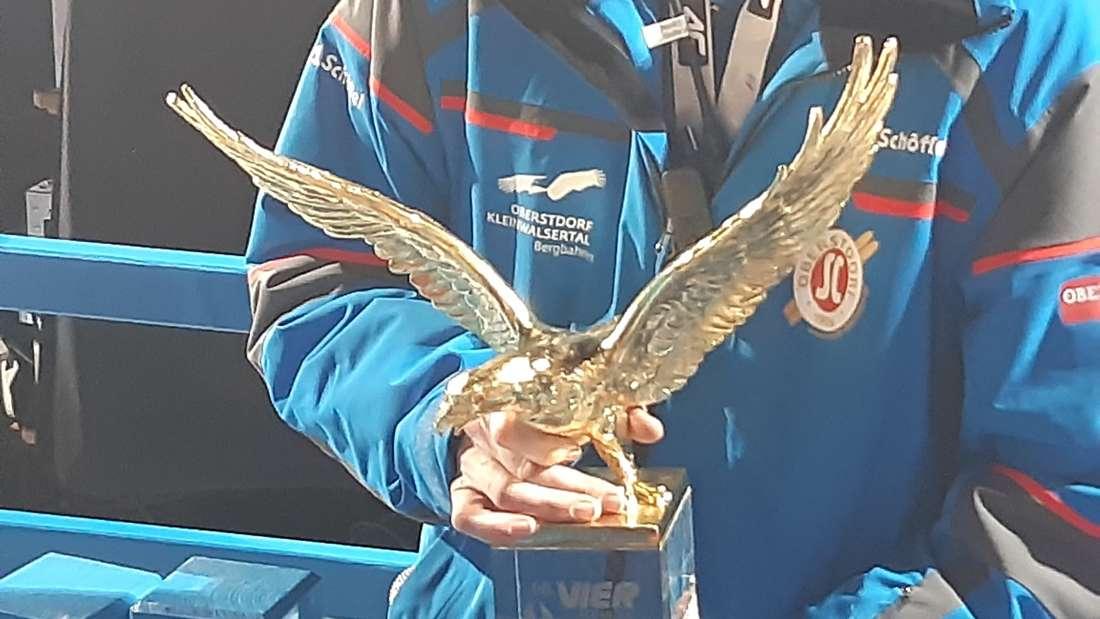 Der Adler kommt geflogen. Der Pokal für den Gesamtsieg steht im Zielbereich. Ab morgen geht es um Punkte.