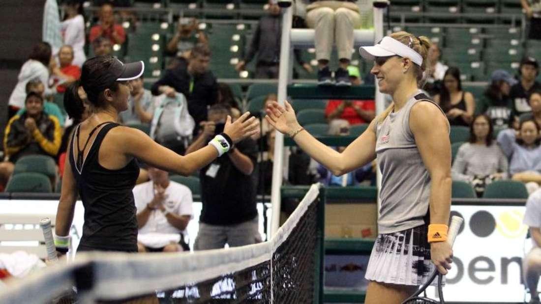 Misaki Doi (l) gratuliert Angelique Kerber zum Sieg. Foto: Michael Sullivan/CSM via ZUMA Wire/dpa