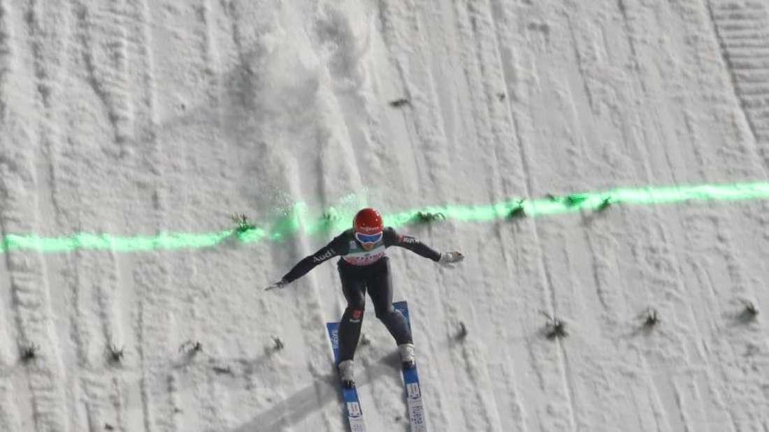 Die deutschen Skispringer um Stephan Leyhe sorgten in Oberstdorf für ein starkes Ergebnis. Foto: Daniel Karmann/dpa