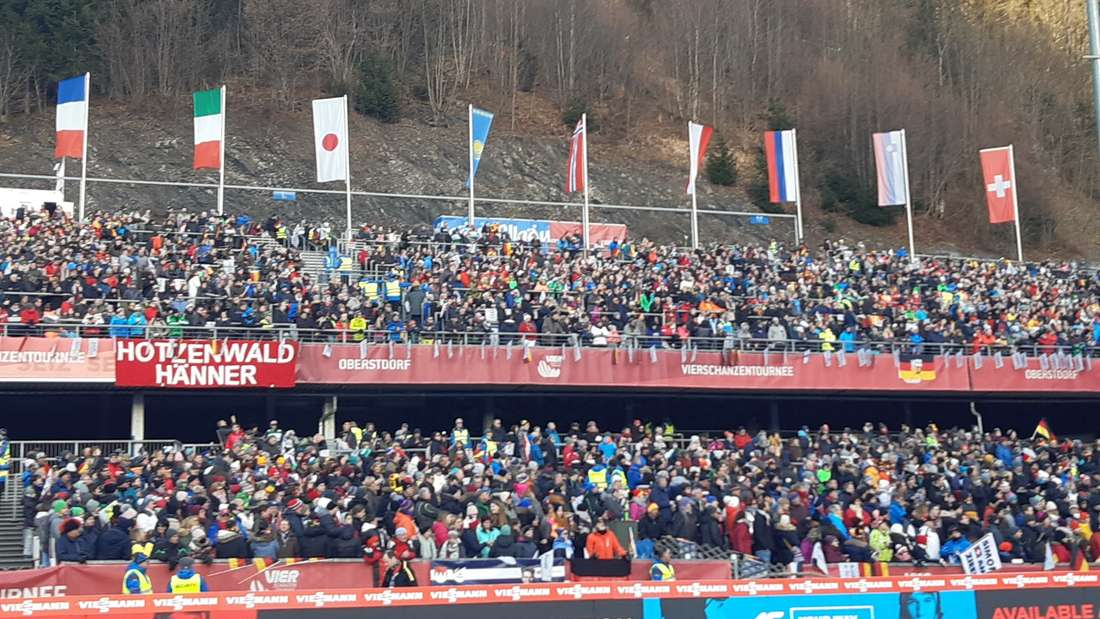 Vierschanzentournee: Zwei Stunden vor dem Wettkampf ist das Stadion in Oberstdorf schon prall gefüllt. Hier wird es nachher richtig laut werden.