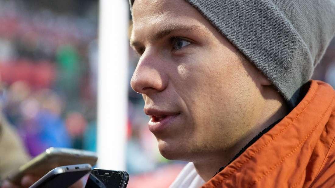 Springen in Oberstdorf: Der verletzte Andreas Wellinger ist ein gefragter Mann in Oberstdorf.