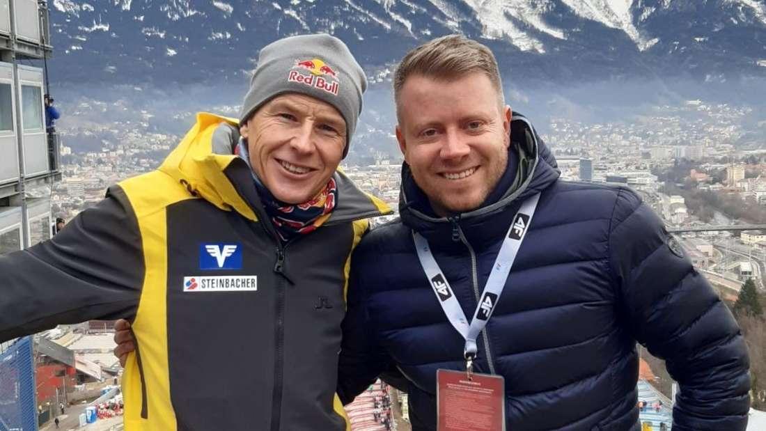 Springen in Innsbruck: Die österreichische Skisprung-Legende Andreas Goldberger (links) und chiemgau24.de-Reporter Tobias Ruf an der Bergiselschanze in Innsbruck.