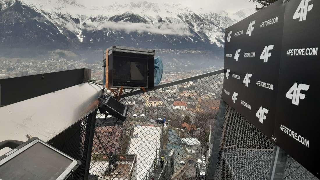 Springen in Innsbruck: Der Trainerturm in Innsbruck: Von hier geben Bundestrainer Stefan Horngacher und seine Kollegen die Sprünge ihrer Athleten frei. Wind und Weiten beobachten die Coaches dabei auf Monitoren, die auf dem Trainerturm installiert sind.