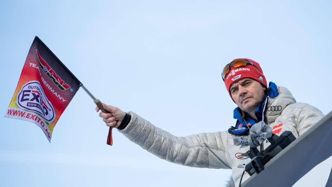 Qualifikation Garmisch: Bundestrainer Stefan Horngacher winkt die deutschen Adler ab.
