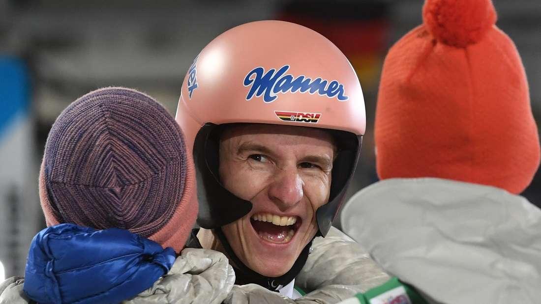 Springen in Oberstdorf: Karl Geiger jubelt im Ziel nach seinem zweiten Platz in seiner Heimat Oberstdorf.