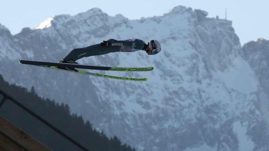 Springen in Garmisch: Die Kulisse ist beeindruckend. Neben der Schanze in Garmisch-Partenkirchen steht die Zugspitze, Deutschlands höchster Berg.