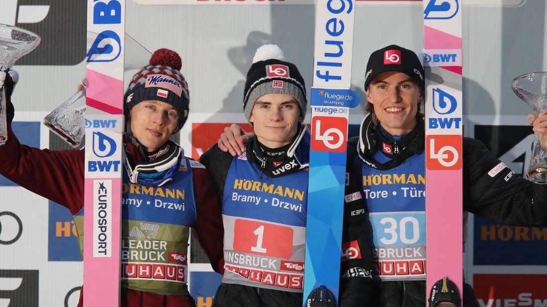 Springen in Innsbruck: Dawid Kubacki (links), Marius Lindvik (Mitte) und Daniel Andre Tande jubeln auf dem Podest.