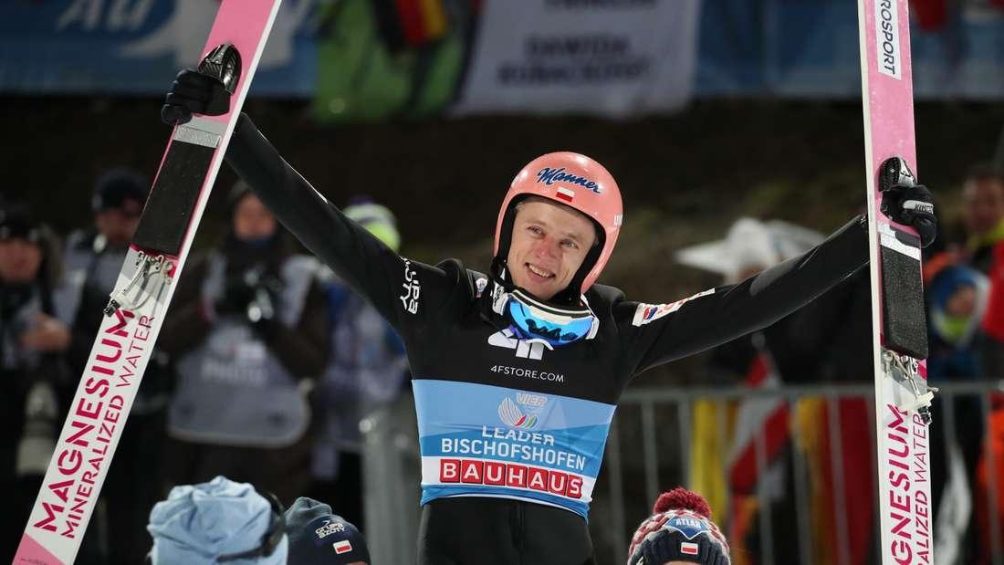 Springen in Bischofshofen: Dawid Kubacki aus Polen gewinnt die Vierschanzentournee und lässt sich von seinen Teamkollegen feiern.