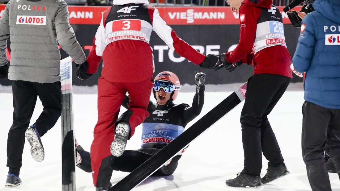 Springen in Bischofshofen: Kein Halten mehr - Dawid Kubacki gewinnt die Tournee und wird von seinen Teamkollegen gefeiert