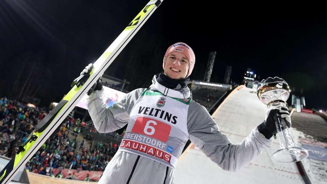 Springen in Oberstdorf: Karl Geiger strahlt nach seinem zweiten Platz in Oberstdorf.